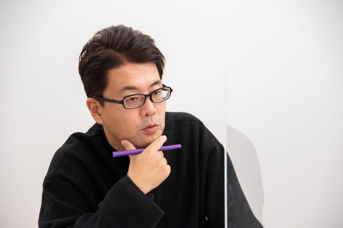 """<strong>西澤明洋</strong> 1976年滋賀県生まれ。ブランディングデザイナー。株式会社<a href=""""https://www.8brandingdesign.com/"""">エイトブランディングデザイン</a>代表。「ブランディングデザインで日本を元気にする」というコンセプトのもと、企業のブランド開発、商品開発、店舗開発など幅広いジャンルでのデザイン活動を行っている。「フォーカスRPCD®」という独自のデザイン開発手法により、リサーチからプランニング、コンセプト開発まで含めた、一貫性のあるブランディングデザインを数多く手がける。主な仕事にクラフトビール「COEDO」、スペシャルティコーヒー「堀口珈琲」、抹茶カフェ「nana's green tea」、ヤマサ醤油「まる生ぽん酢」、サンゲツ「WARDROBE sangetsu」、スキンケア「ユースキン」、 ITベンチャー「オズビジョン」、賀茂鶴酒造「広島錦」、芸術文化施設「アーツ前橋」、料理道具屋「釜浅商店」、手織じゅうたん「山形緞通」、農業機械メーカー「OREC」、博多「警固神社」、ブランド買取「なんぼや」、ドラッグストア「サツドラ」など。著書に『<a href=""""https://www.amazon.co.jp/dp/4756252524"""">ブランディングデザインの教科書</a>』ほか。"""