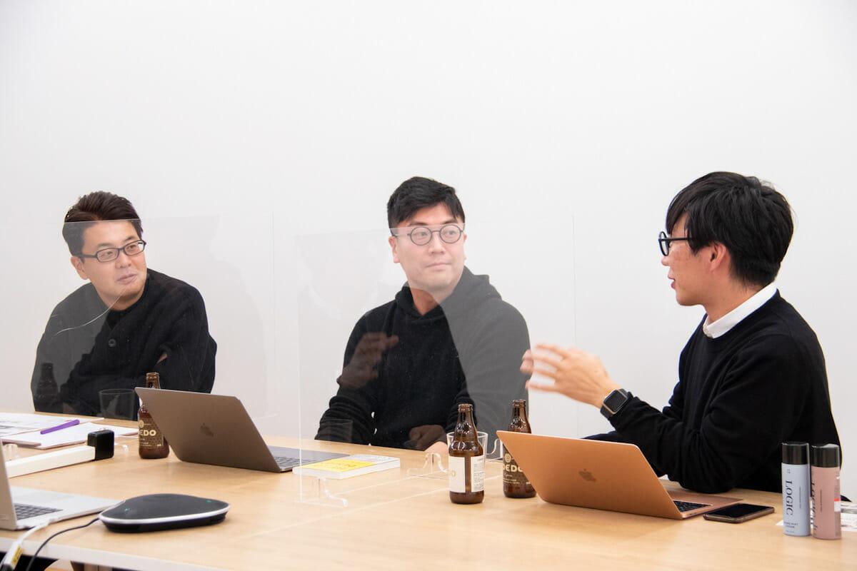 <strong>石川 俊祐 </strong> 多摩美術大学特任准教授 日本を代表する「デザイン思考」実践者。企業のブランディング、組織デザイン、教育プログラムの開発から新規事業創出まで、数々のイノベーションプロジェクトを主導する。茨城県生まれ。ロンドン芸術大学Central St. Martins卒業後、Panasonic Design Companyでプロダクトデザイナーとしてキャリアをスタート。英PDD Innovations UKのCreative Leadを経て、IDEO Tokyoの立ち上げに従事。2018年よりBCG Digital VenturesにてHead of Design/Strategic Design Directorとして大企業社内ベンチャー立ち上げに注力したのち、2019年、九法崇雄、内倉潤とともにKESIKI設立。現在、多摩美術大学クリエイティブリーダーシッププログラム特任准教授・プログラムディレクター、CCC、NTT com、aperza、XZなど大企業からスタートアップなど複数社のアドバイザーに従事、 D&amp;ADやGOOD DESIGN AWARD、山形エクセレンスデザイン、いばらきデザインセレクションの審査委員を兼任するほか、数々のセミナー、カンファレンスにてキーノートや講師を務めた実績を持つ。Forbes JAPAN世界で影響力のあるデザイナー39名に選出。著書に『HELLO, DESIGN 日本人とデザイン』。