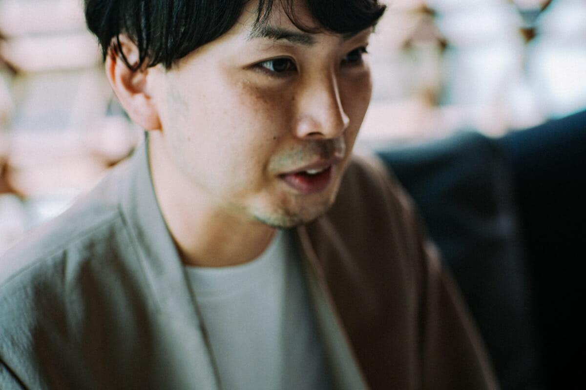 "<strong>阿部憲嗣</strong> 多摩美術大学多摩美術大学でプロダクトデザインを専攻し、2013年に卒業。東京を拠点に活動するプロダクトデザイナー。映像製品のデザインの仕事を行うかたわら、個人的なデザイン活動も展開。海洋生物を中心に生物の観察や、生態を調べる事に興味関心を持つ。<a href=""https://kenjiabe.com/"">https://kenjiabe.com/</a>"