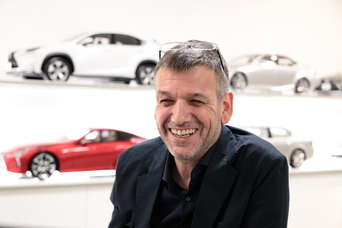 <strong>サイモン・ハンフリーズ</strong> 英国で工業デザインを学び、1988年からデザイン会社で工業デザイナーとして働いたのちに、1994年にトヨタ自動車入社。以来デザイン領域でリーダーシップを取り、LEXUSブランドのアイコンとなったスピンドルグリルをはじめ、デザインにおけるブランドアイデンティティ構築を担う。