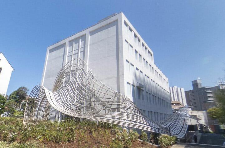 隈研吾が設計を手がけた、村上春樹ライブラリーが10月1日に開館